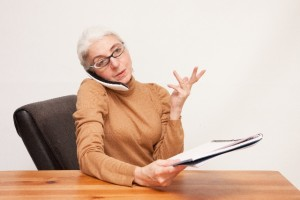 電話中のシニア女性1